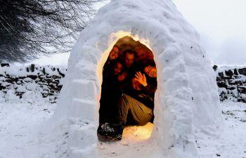 Balade en raquettes nocturne et apéritif savoyard dans un igloo !