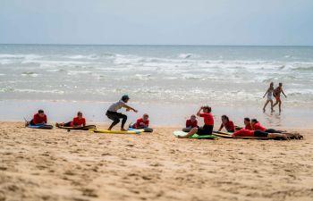 Initiation ou cours de surf sur la côte landaise