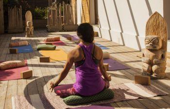 Cours de Yoga dans un surflodge des landes